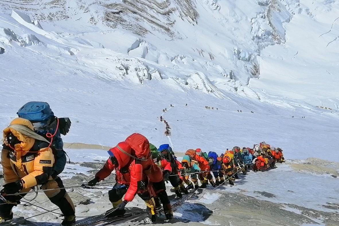 科學家警告:聖母峰遭汙染 雪的顏色變深且正在融化