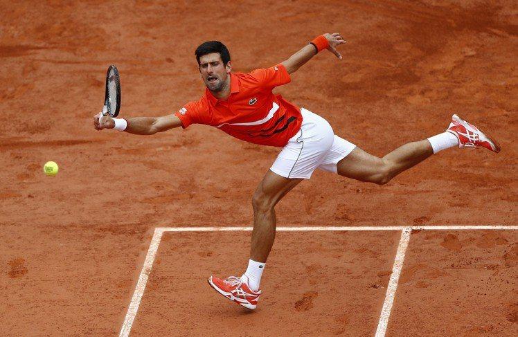 今年「喬帥」在法網穿上與ASICS亞瑟士聯名推出的網球鞋款「COURT FF™ ...
