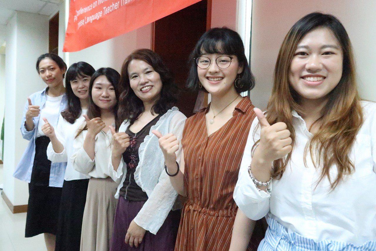 文藻外大華語文教學研究所研究生群,通過「甲級」線上直播課程華語教師認證。記者徐如...
