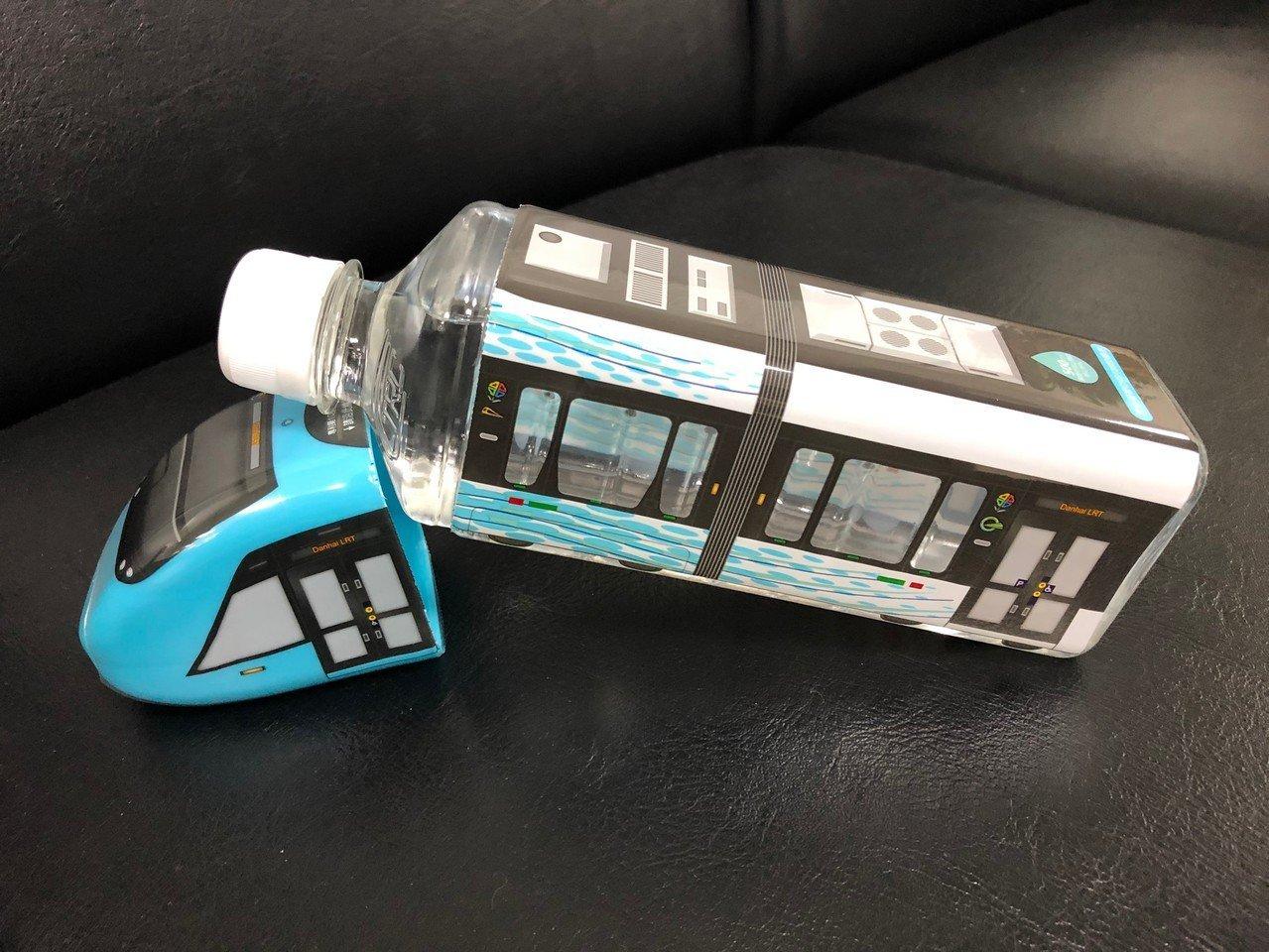 輕軌列車造型礦泉水,視覺逼真,車頭的瓶蓋打開後,還能作為杯子使用。圖/新北捷運公...