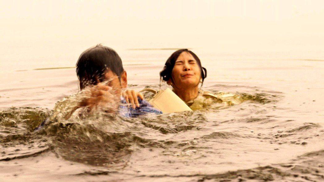 吳怡霈(右)和楊子儀拍「天之蕉子」。圖/三立提供