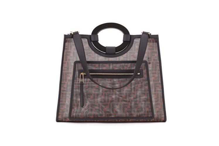 透視設計除了運用在服裝上,也延伸於包款上。圖/FENDI提供