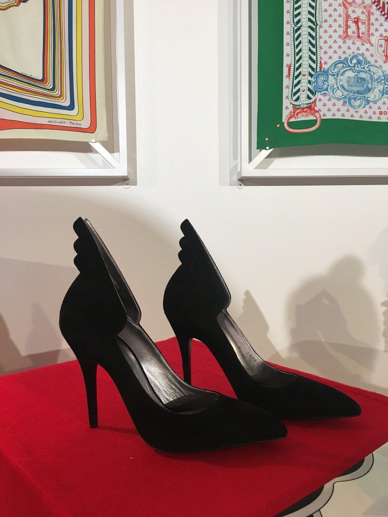 象徵自由的翅膀出現在高跟鞋與休閒鞋上。記者吳曉涵/攝影