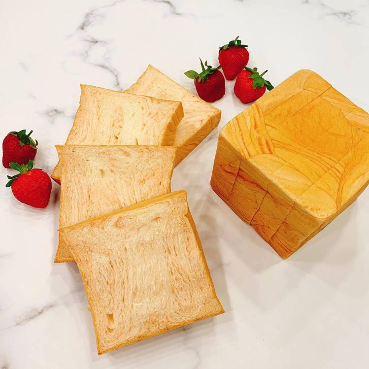 草莓煉乳吐司香氣撲鼻,店家表示不添加人工香料。圖/全統西點麵包提供