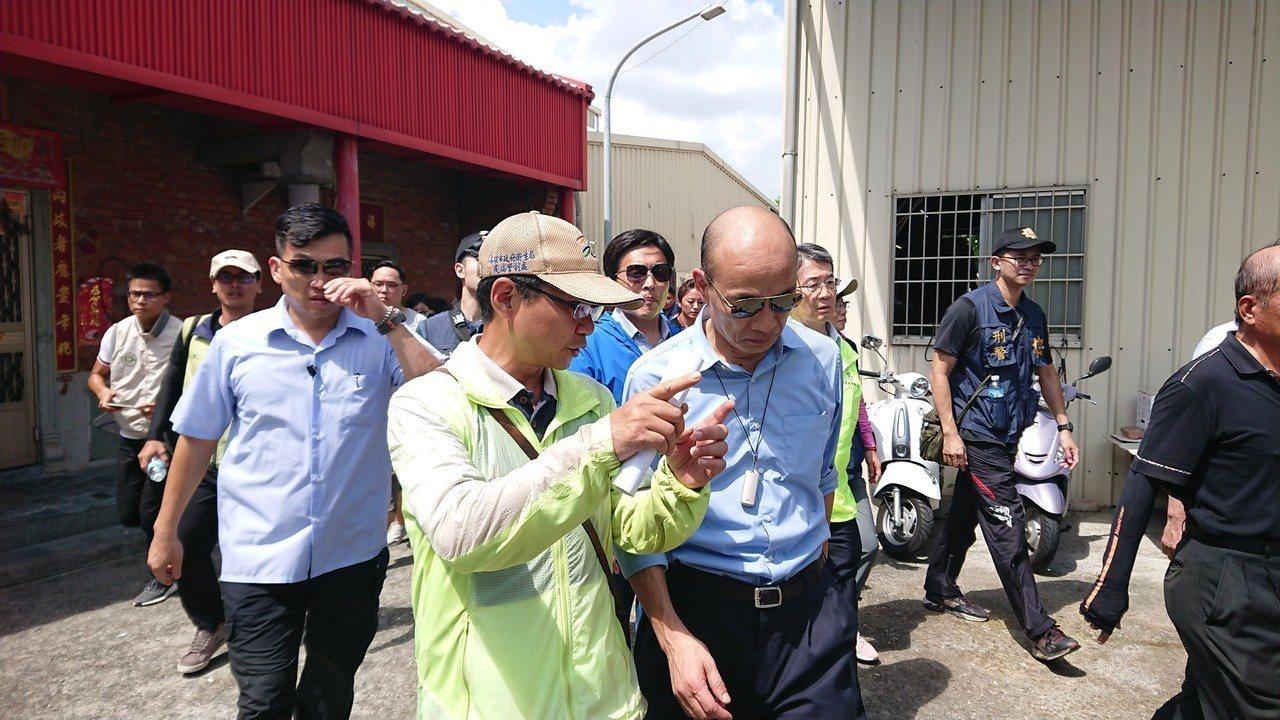 高雄市長韓國瑜(右)視察登革熱義警消及民防防疫總動員,並到社區內廢棄空屋了解積水...