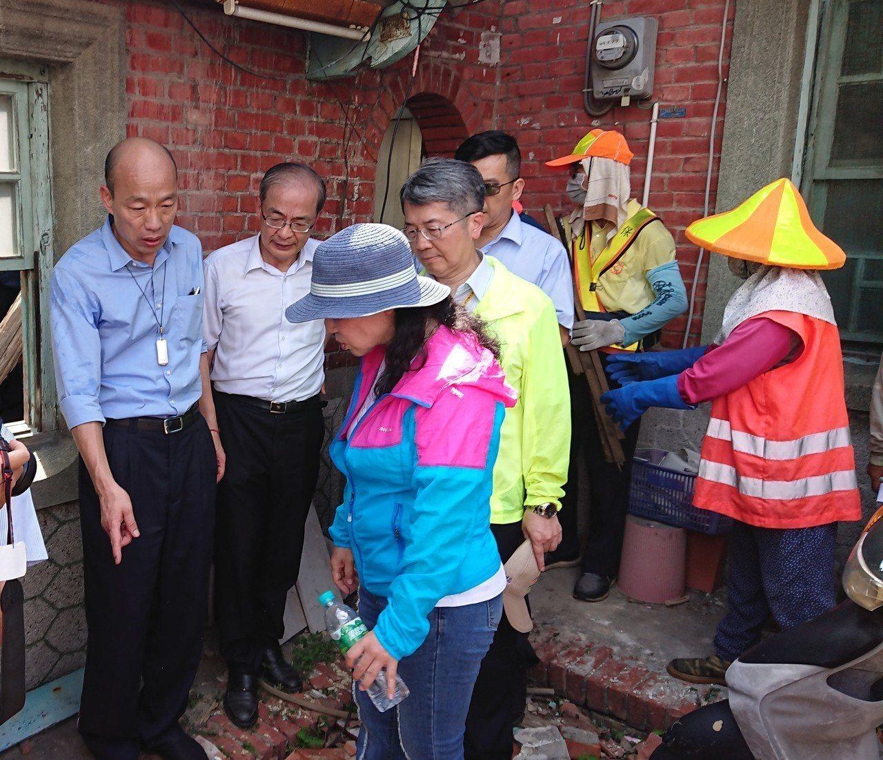 高雄市長韓國瑜(左)視察登革熱義警消及民防防疫總動員,並到社區內廢棄空屋了解積水...