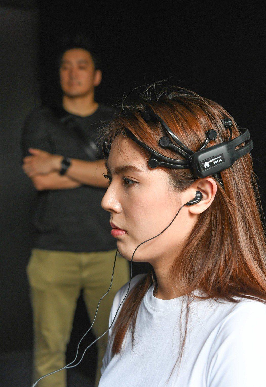 理科太太的「黑鏡」腦波測驗分析結果,竟是屬於「浪漫腦」。圖/Netflix提供