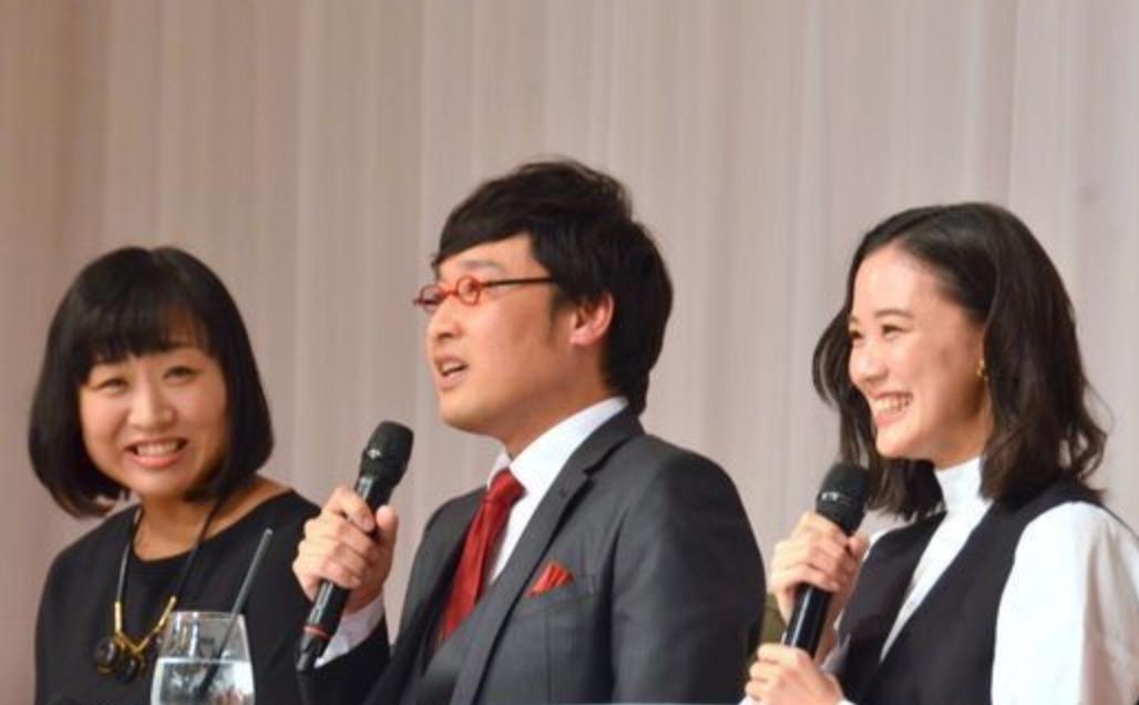 蒼井優和山里亮太結婚,5日舉辦記者會,媒人山崎(左)也出席。圖/摘自huffin...