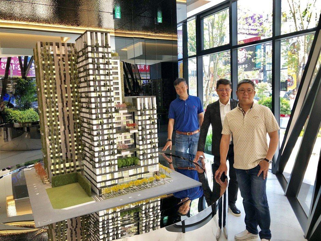 台中市五期重劃區百億豪宅大案「磐鈺雲華」即將完工,新啓用的接待會館與建築模型相當...