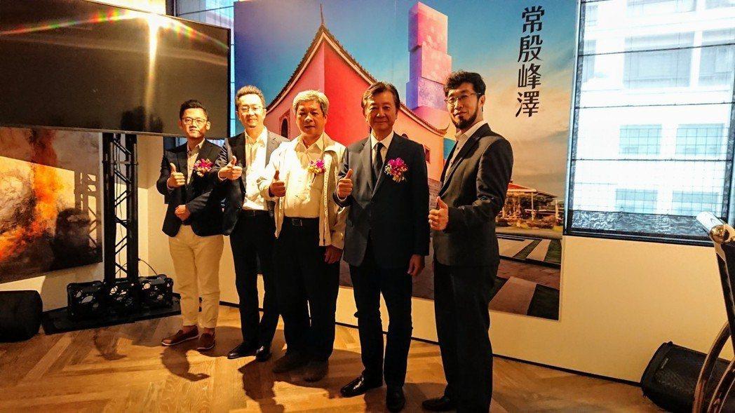 常殷建設董事長陳暉鵬(右三)表示,大同區所屬的西區在雙子星國門計畫加持下,公司在...
