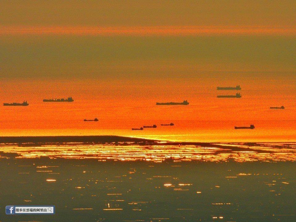 小笠原山遠眺台灣海峽的船,剛好集結在一起,好像艦隊巡航。圖/黃源明提供