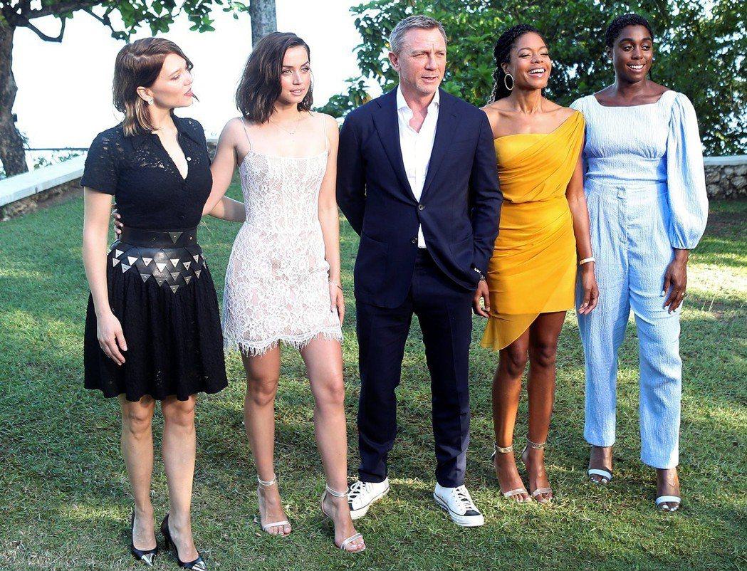 丹尼爾克雷格在最新007電影被4位龐德女郎包圍。圖/路透資料照片