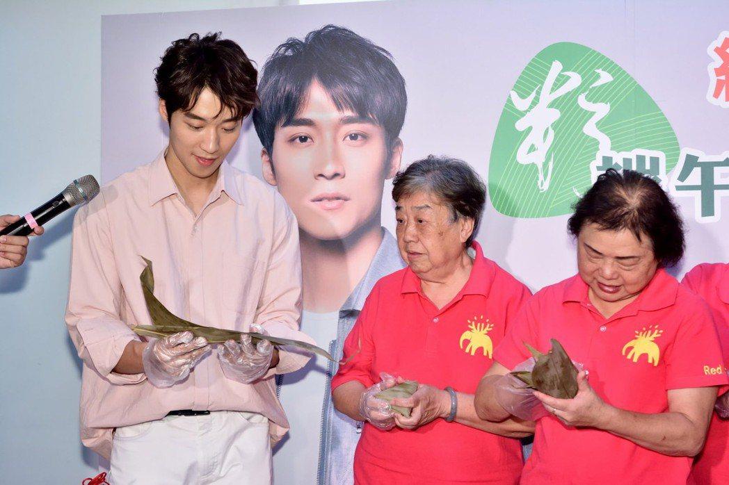 卞慶華(左)包粽手忙腳亂。圖/紅心字會提供