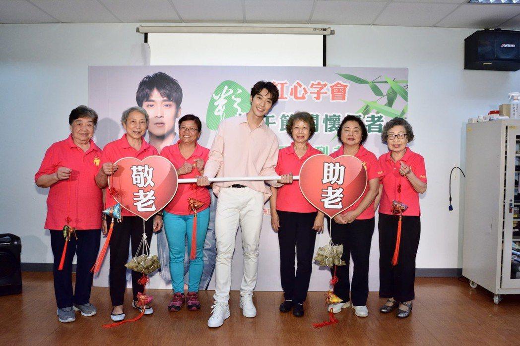 卞慶華(中)出席端午節關懷長者公益活動。圖/紅心字會提供