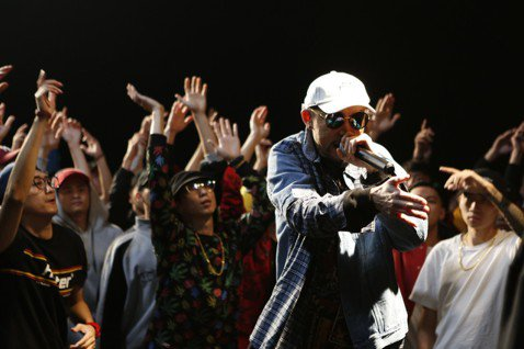 MC HotDog熱狗今(5日)發行專輯「廢物」,新歌「改變」Feat. 張震嶽1997年的同名歌曲歌詞,為了讓這首歌聽起來更磅礡,製作人在拍mv前最後一刻緊急找來交響樂團,為這首歌注入弦樂。「改變...
