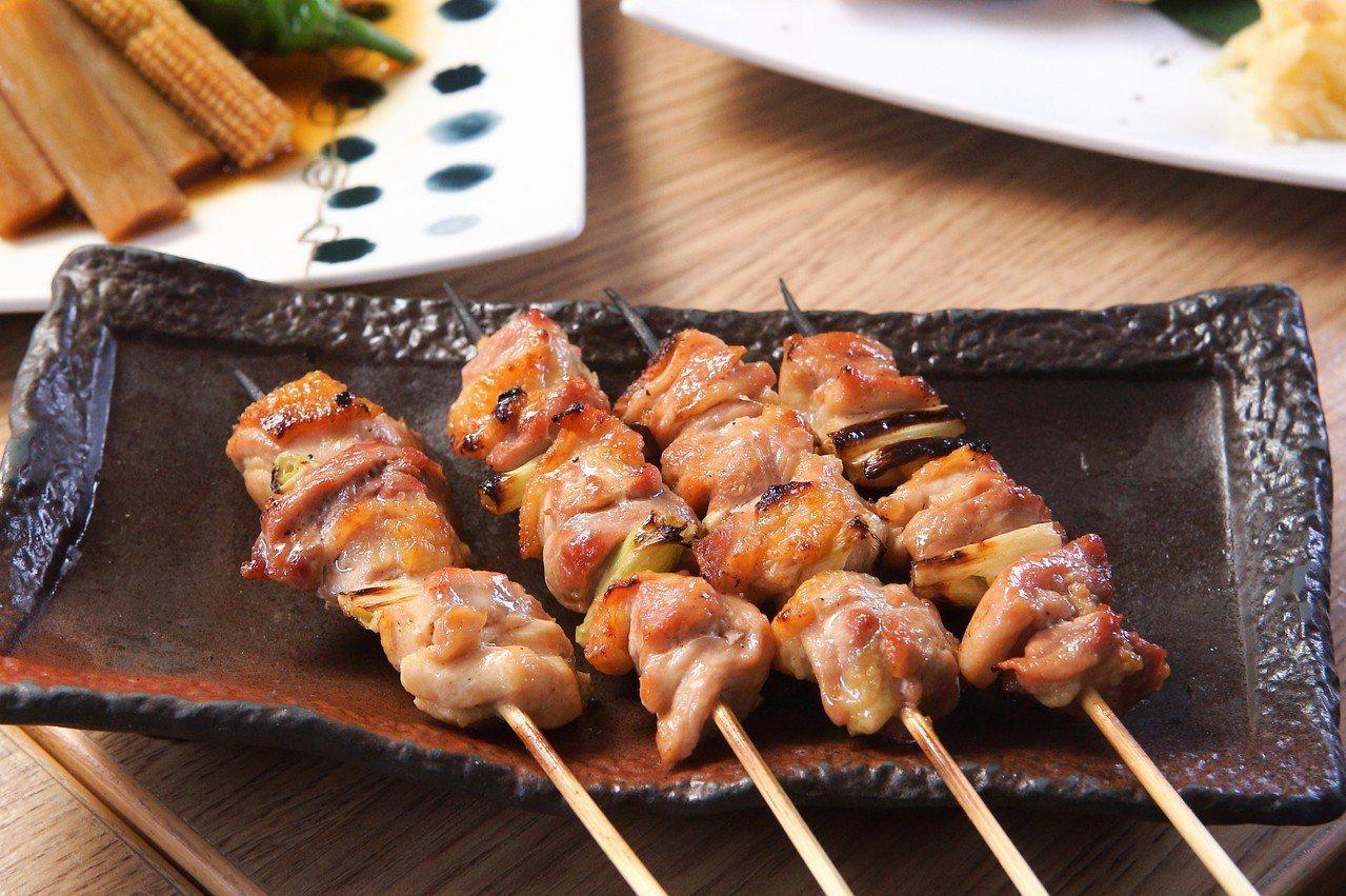 鳥丈端爐燒售有多款以備長炭燒烤的串燒料理。記者陳睿中/攝影