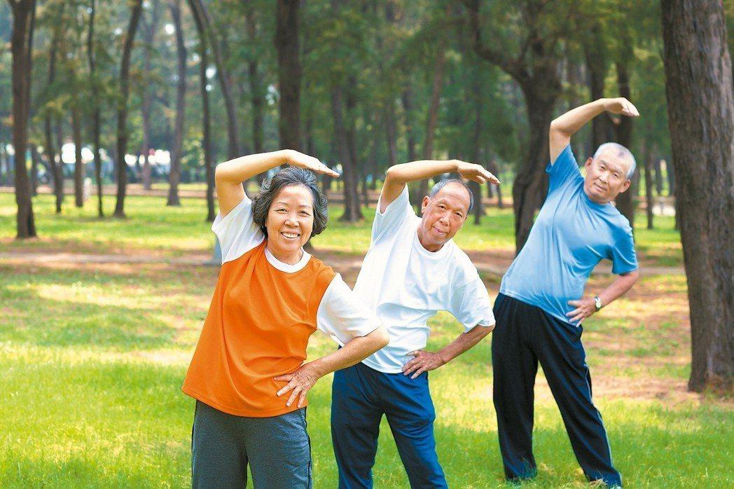 銀髮族出門運動能增加和別人互動,或接收不同刺激,減緩認知功能下降。 圖/123R...