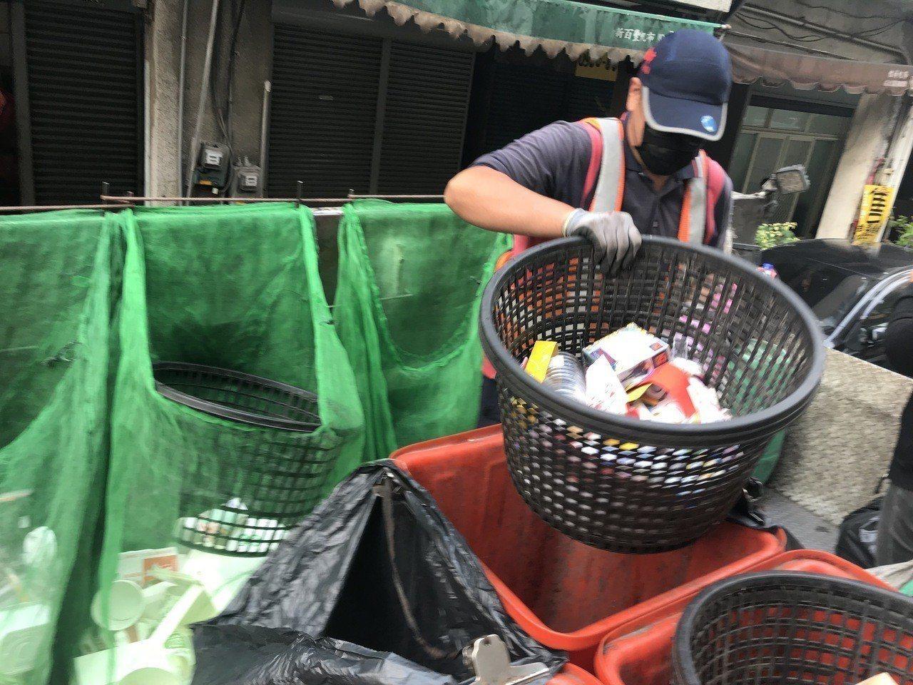 清潔員將資源回收物品仔細分類清理,才能賣到好價格。圖/聯合報系資料照片