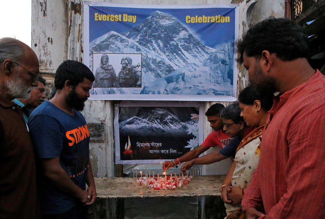 民眾在印度加爾各答點蠟燭,悼念死在珠峰上的登山客。 (路透)