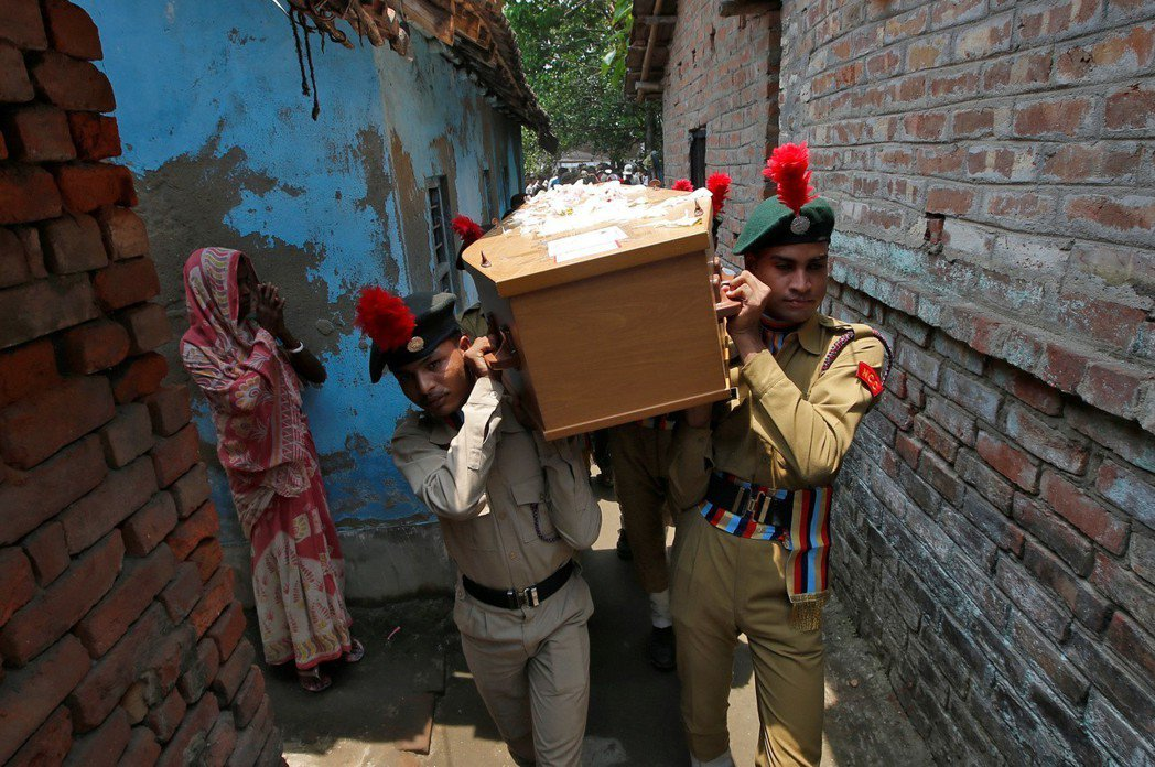 52歲的印度攝影師高許攻頂馬卡魯峰不幸身亡,印度國家學生軍訓隊將其棺材送回他家。...