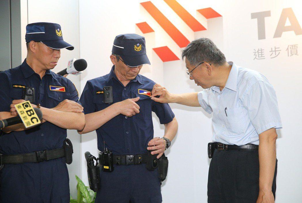 柯文哲(右)的快言快語也常常打擊警方士氣。 圖/聯合報系資料照片