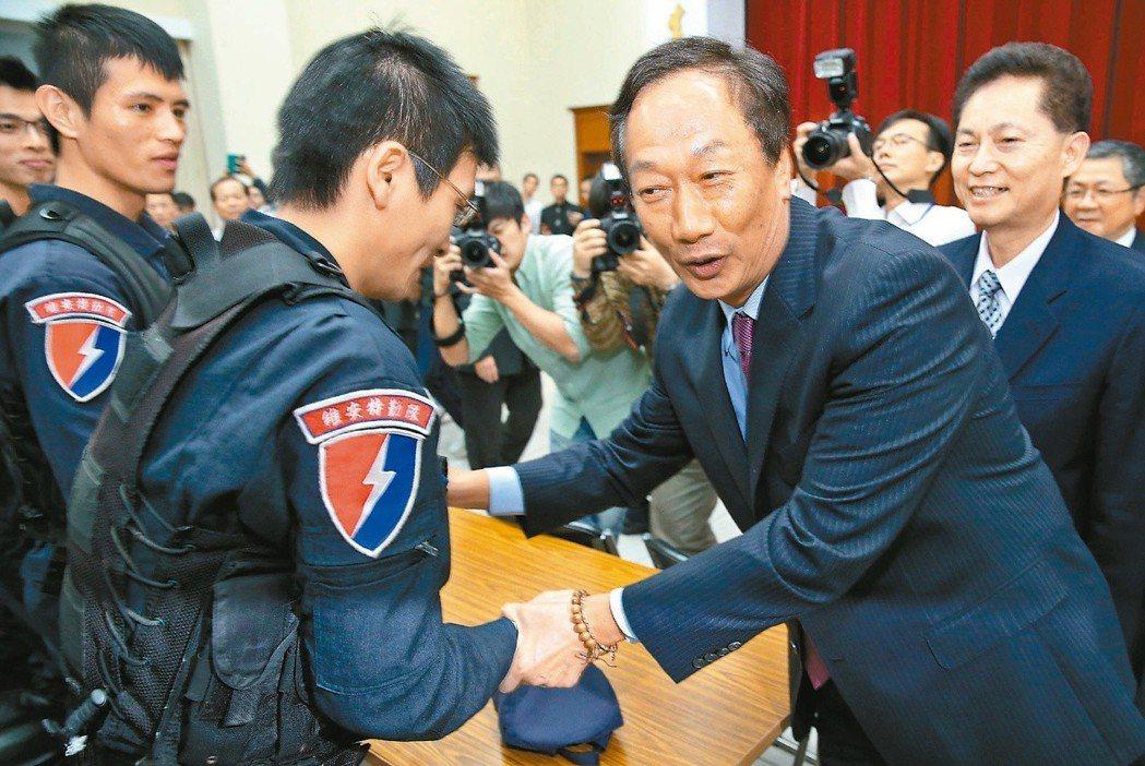 郭台銘(右)常說他是警察薪水養大的小孩,奉公守法的警察應該被尊重。 圖/聯合報系...