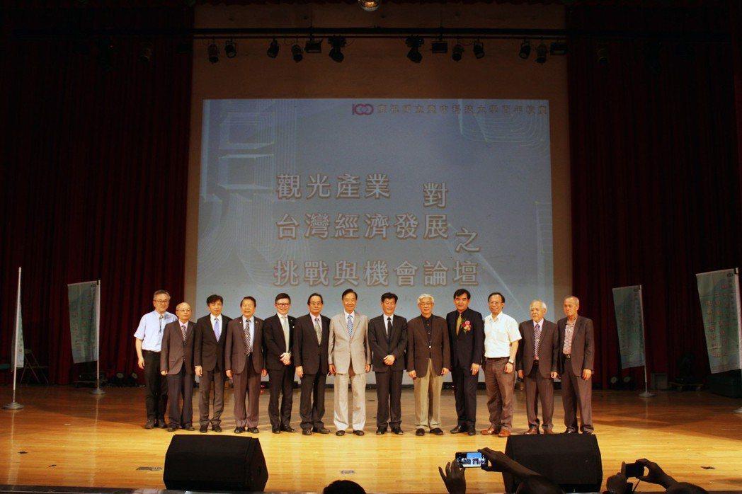 中科大校長謝俊宏(右六)與「觀光產業對臺灣經濟發展之挑戰與機會」論壇主講人及傑出...