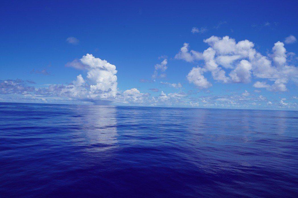 航行海上,每日生活的選擇權是掌握在自己的手裡的,你可以發呆看海一整天,也可以參加...