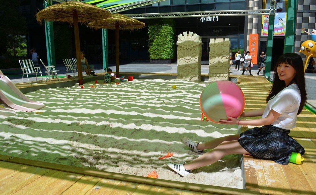 門廣場打造有一座15公尺長的大型人造沙灘《Wonderland沙樂園》。  陳慧...