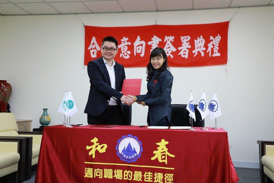 台灣風能訓練公司總經理蔡明格(左)與和春技術學院副校長呂綺修共同簽署「離岸風力發...