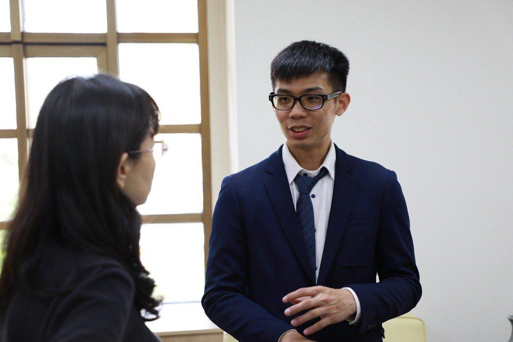 和春技術學院工管系學生黃仲晏很興奮的說,他能夠在學校的學習過程中即獲得多張證照,...
