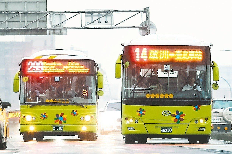 為減少民眾不知道要上車或下車付費困擾,雙北市公車將改上下車皆需刷卡,分兩階段實施...