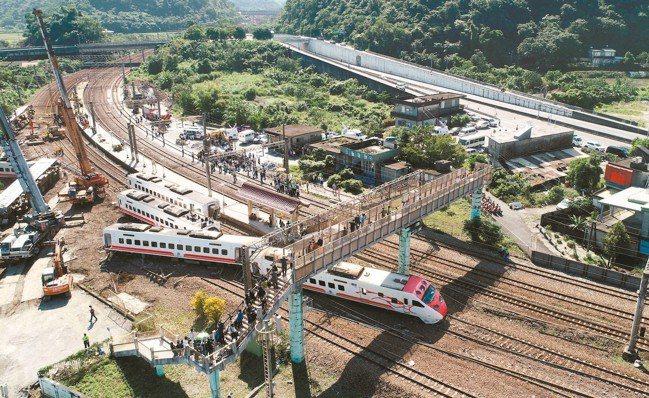 去年10月台鐵普悠瑪列車高速行駛撞擊新馬車站月台後出軌,造成18人死亡、逾200...