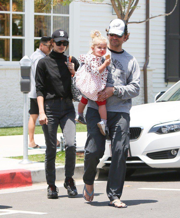 布萊德利庫柏和伊蓮娜近日一起被拍到時,都會有女兒的身影。圖/達志影像