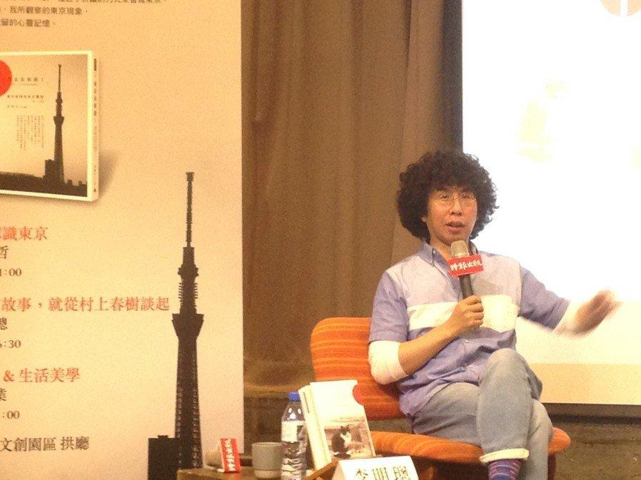 李明璁以90年代的「哈日」文化展開本次座談,侃侃而談。(圖/青鳥書店 提供)