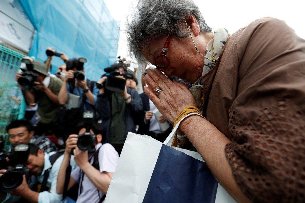 媒體在這些社會事件扮演的角色,是否應該不顧一切、一窩蜂的報導?圖為川崎殺傷事件後...