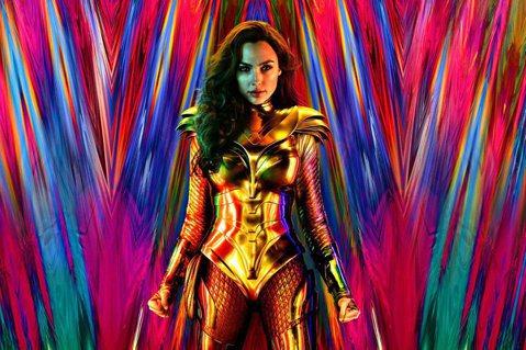 DC電影《神力女超人1984》6日公開最新海報,這次神力女超有了全新造型,換上了「黃金戰袍」,立刻引發網友討論,還有網友直呼「看成王思佳」。《神力女超人1984》6日公開了首款電影海報,讓大家看到「...