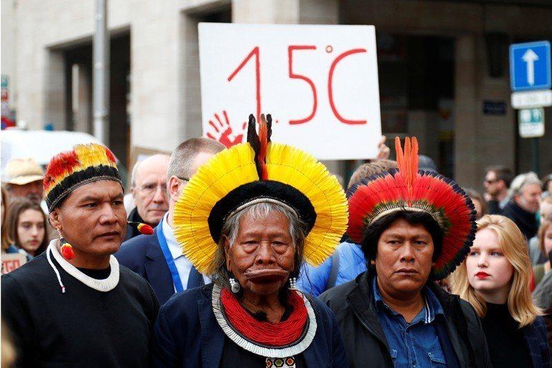 巴西知名的原住民部落卡雅波(Kayapo)領袖郝倪・麥修戴爾(Raoni Metuktire)5月中參與了比利時布魯塞爾的對抗氣候變遷遊行,對亞馬遜森林遭濫伐提出抗議。 圖/路透社