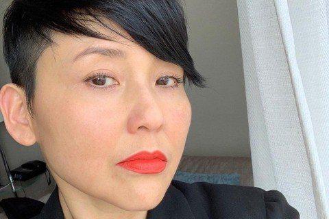 演出電影「我不賣身.我賣子宮」的香港女星劉美君,不僅演技精湛,身材也相當驚人,54歲的她身材健美,偶爾會與網友分享運動照,腹肌清晰可見!她今天罕見曬出早年照,照中的她正值18年華,留著清秀的學生頭髮...