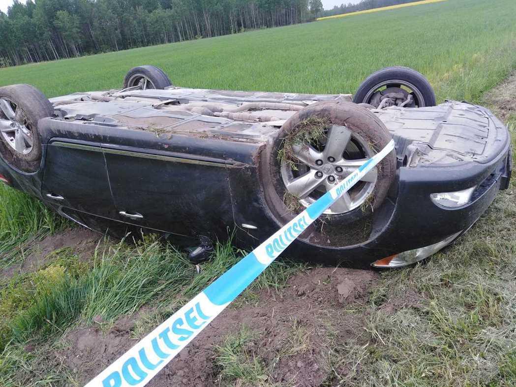 愛沙尼亞一名男子駕駛Lexus LS 460翻覆。 摘自carscoops