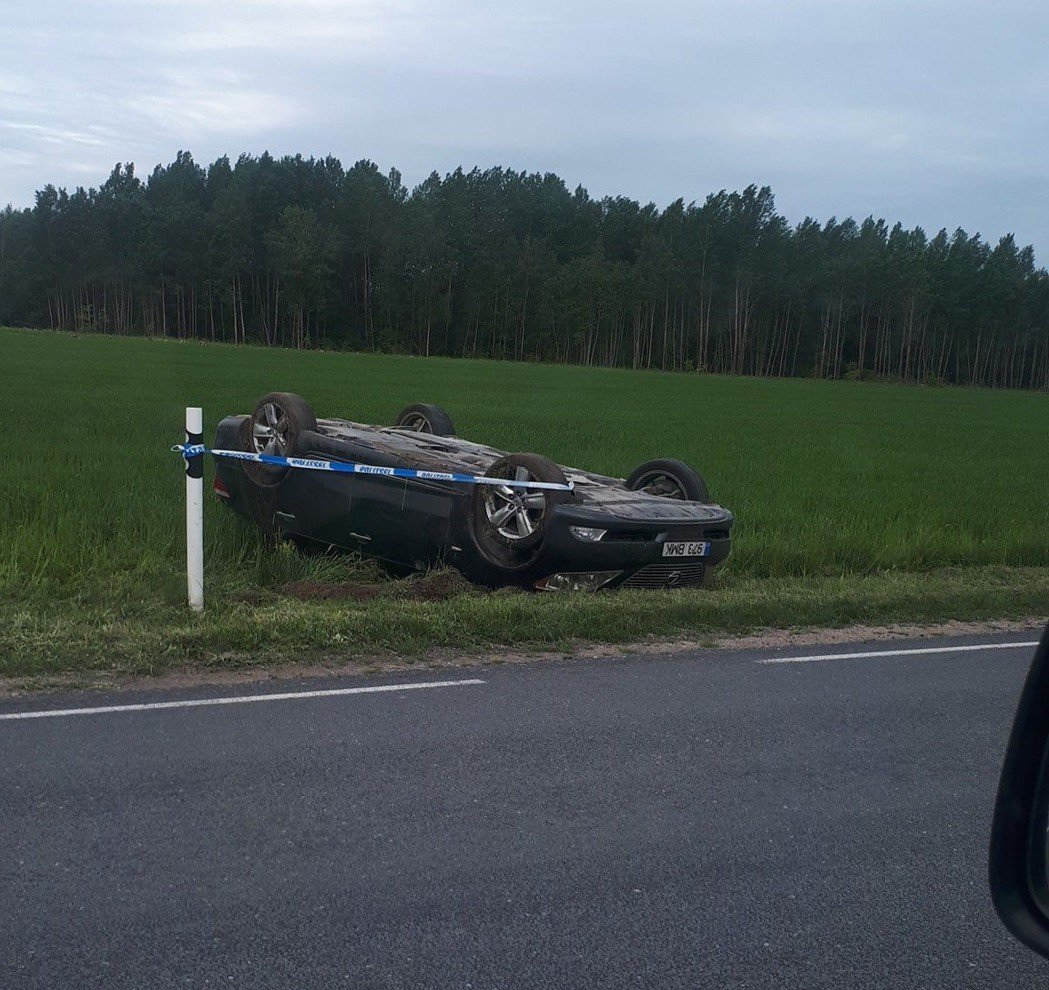 慶幸駕駛LS 460的男子毫髮無傷。 摘自carscoops