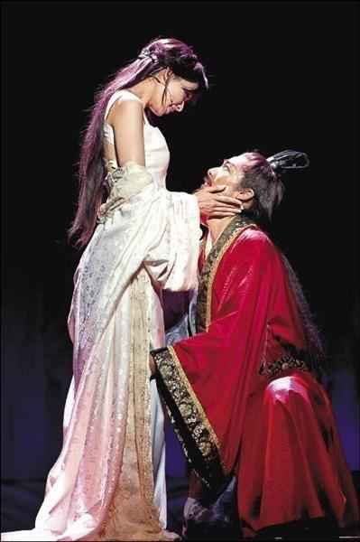 林志玲(左)與AKIRA之前演出舞台劇「赤壁~愛」,當時就是演出夫妻。圖/摘自臉