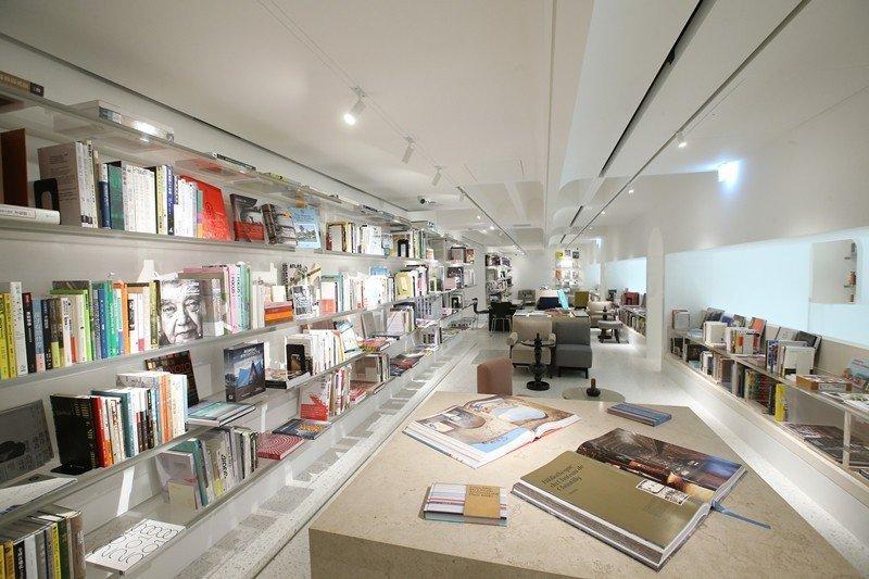 「美學型書店」或「地產式書店」還有另一重點是,必須讓整個空間看起來非常酷炫,宛如一場華麗的美術展覽盛會般。圖為文心藝所。 圖/聯合報系資料照