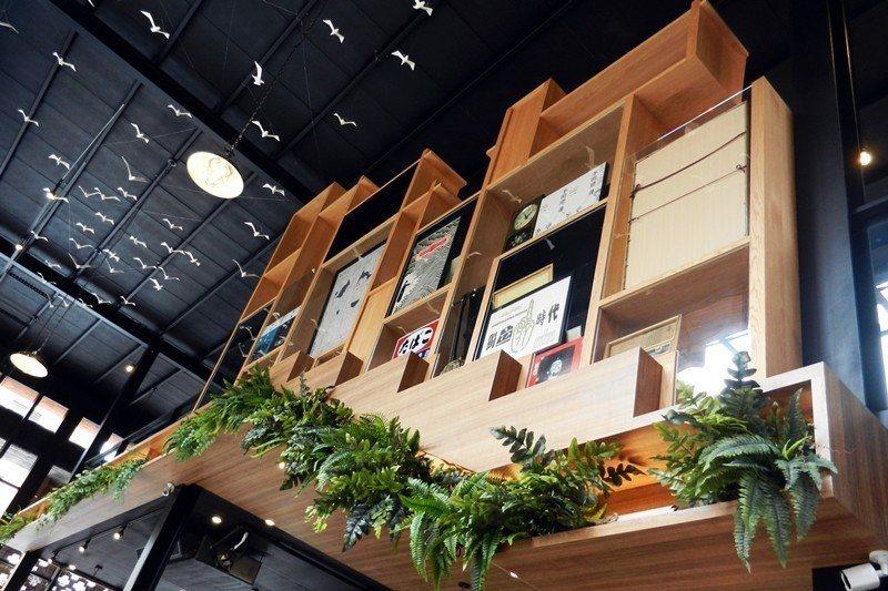 書與植栽,同樣作為架上裝飾品的概念。只不過書是真的,而植栽卻是假的,攝於和平青鳥。 圖/作者自攝