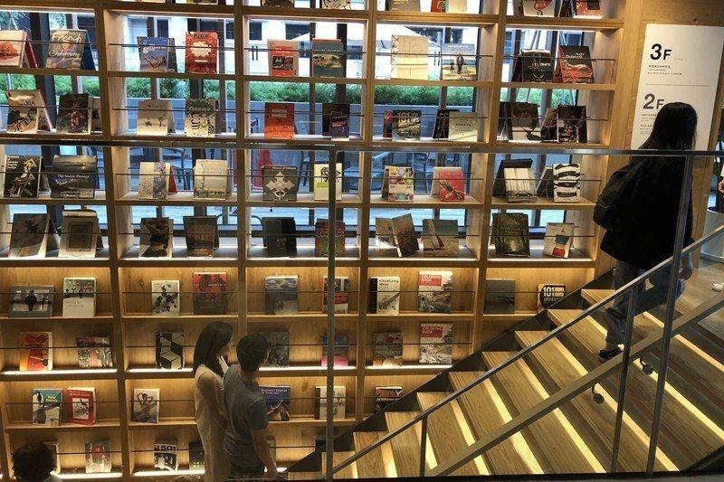 「美學型書店」或「地產式書店」,喜歡將各式藝術圖書以最強烈的視覺效果排列呈現,或將樓梯設計成人類知識進步的階梯。 圖/聯合報系資料照