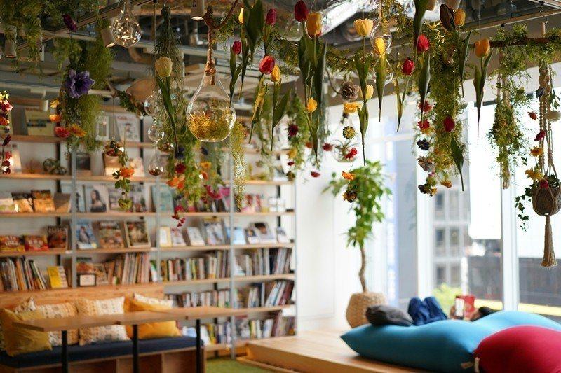 日本蔦屋書店將位於東京新宿的一家分店,打造成瀰漫著書香和家一般溫馨氣氛的「蔦屋圖書公寓」。 圖/新華社