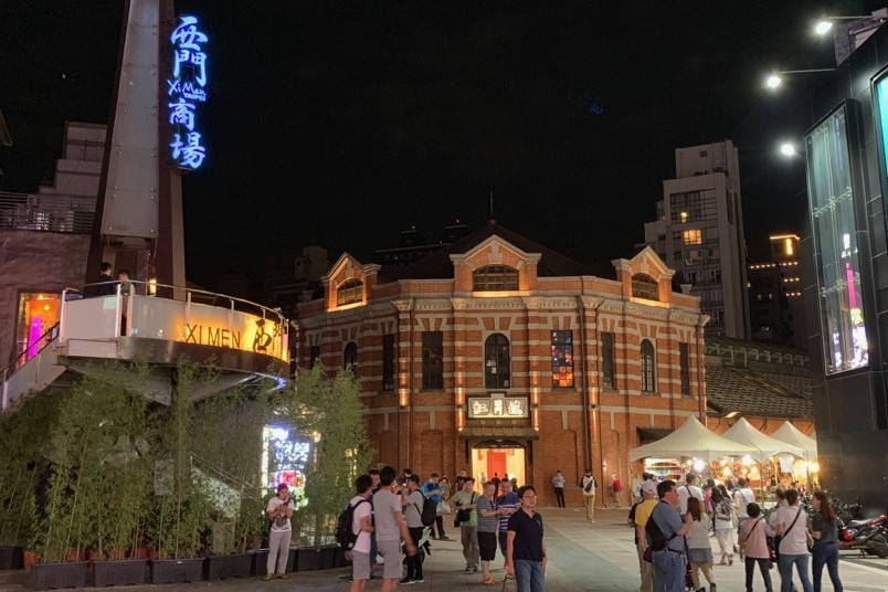 台北市逍遙遊:西門町隨意逛,看街頭藝人表演、吃邪惡美味的娘娘雞排、看台北老屋港式風情