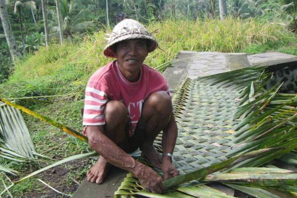 人在峇里島│學用葉子做屋頂!