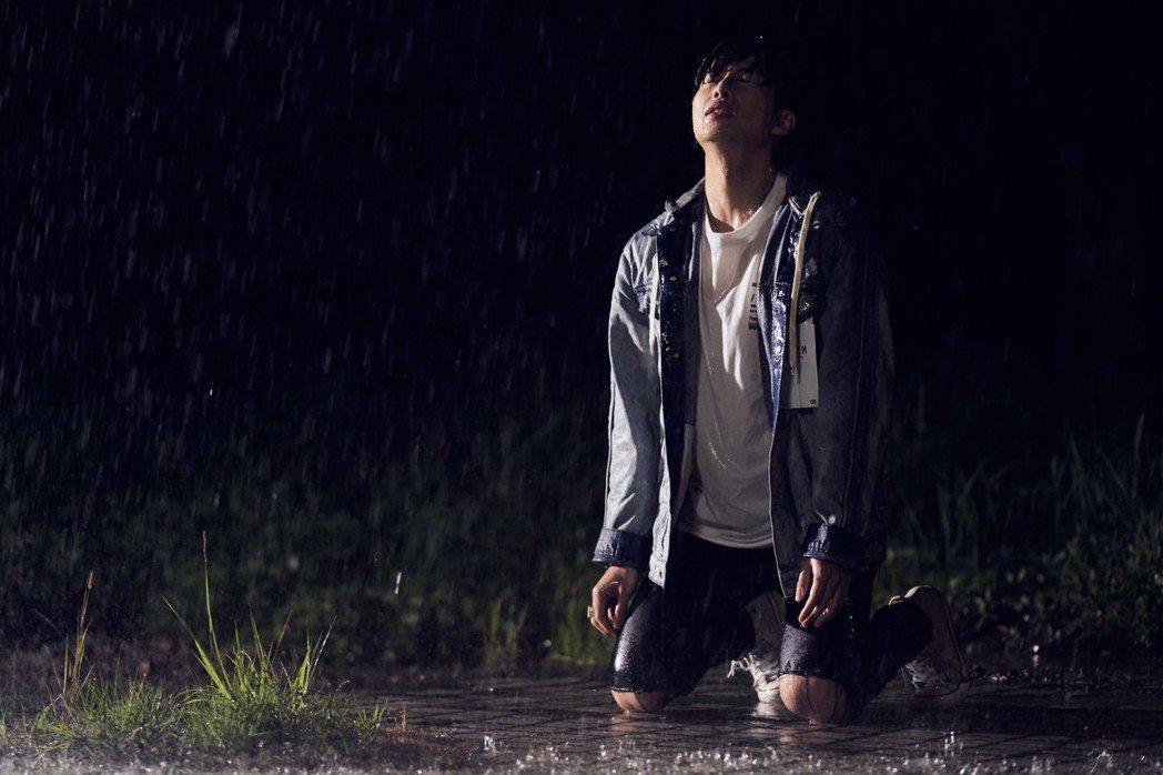 李建軒在MV裡乖乖被水淋。圖/邦寧傳播提供