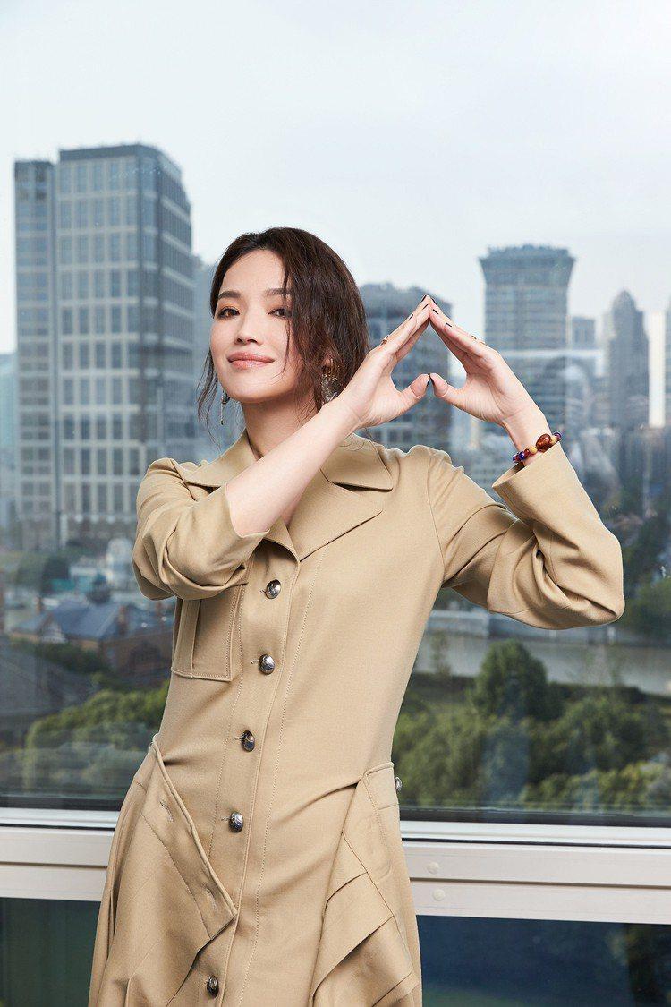 舒淇身穿軍裝風百褶裙出席Chloé上海早春秀。圖/Chloé提供